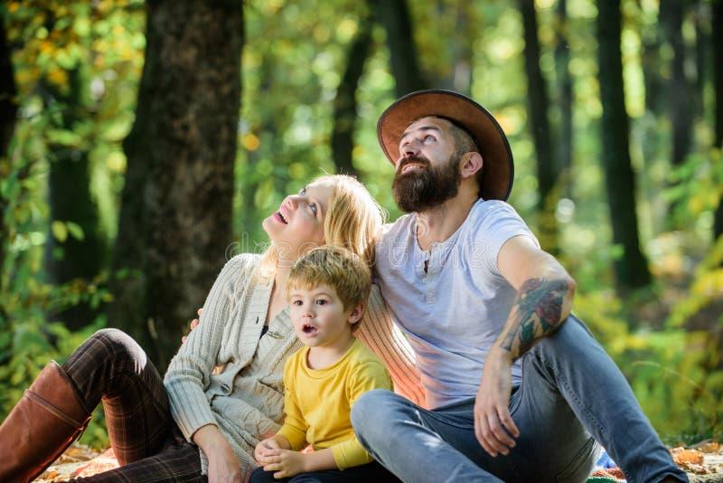 Szcz??liwa rodzina z dzieciak ch?opiec relaksuje podczas gdy wycieczkuj?cy w lasowym Rodzinnym weekendzie Macierzysty ojciec i ma fotografia royalty free