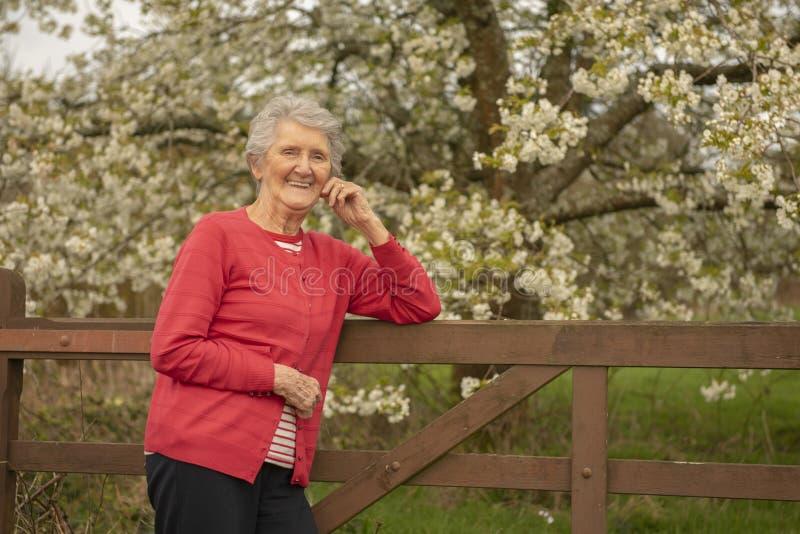 Szcz??liwa starsza kobieta outdoors w wio?nie obrazy stock