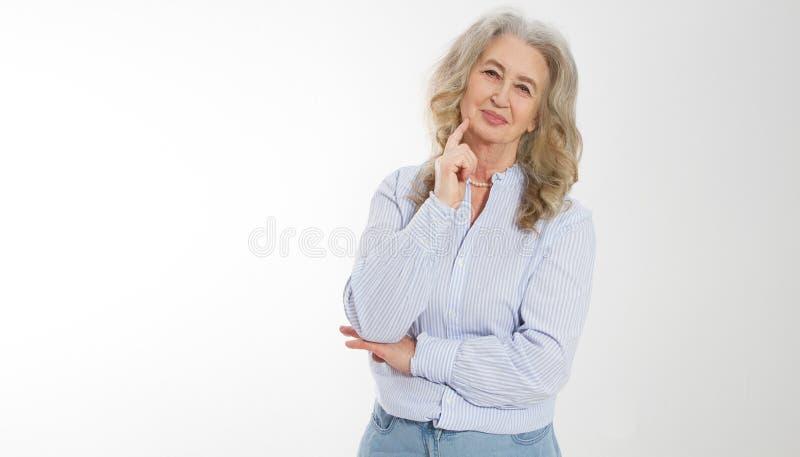 Szcz??liwa starsza kobieta z krzy?owa? r?kami odizolowywa? na bia?ym tle Pozytywny starszy seniora ?ycia utrzymanie i europejski  obrazy royalty free