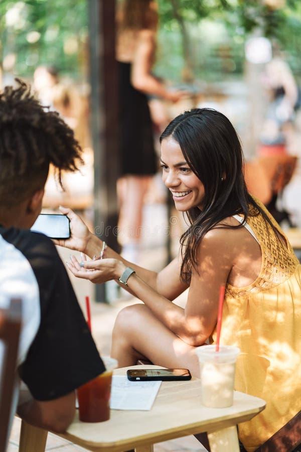 Szcz??liwa tennage para wydaje czas przy kawiarni? fotografia royalty free