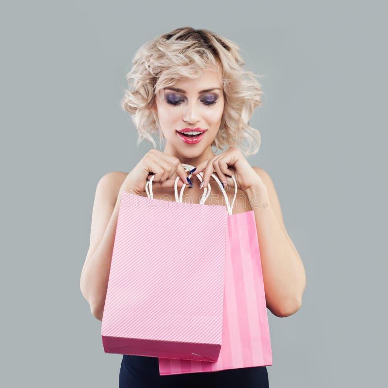 Szcz??liwa zdziwiona kobieta z torba na zakupy zdjęcia royalty free