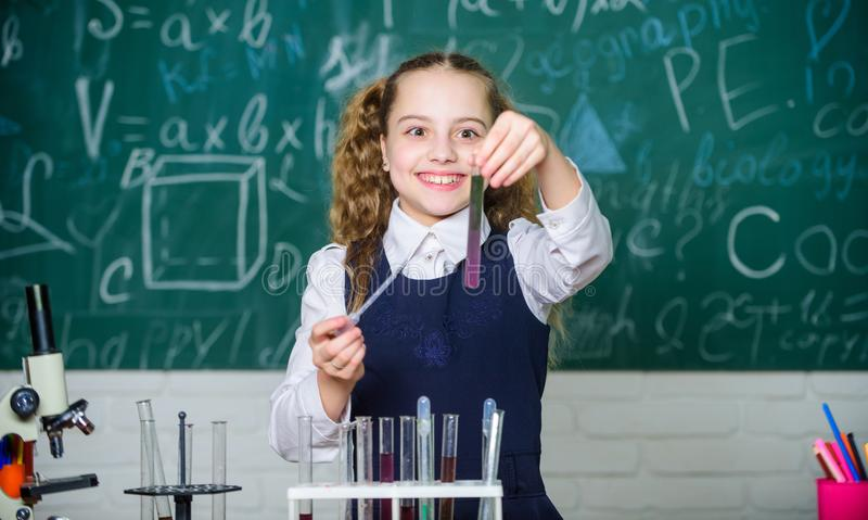 szcz??liwego dziecka Chemii lekcja ucze? robi biologia eksperymentom z mikroskopem Chemii edukacja Chemia obraz royalty free