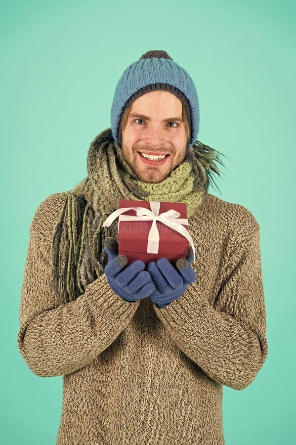 szcz??liwego nowego roku, Zima wakacji ?wi?towanie prezenty ?wi?teczne M??czyzna z tera?niejszo?ci pude?kiem na zakupy Ranek prze obrazy stock