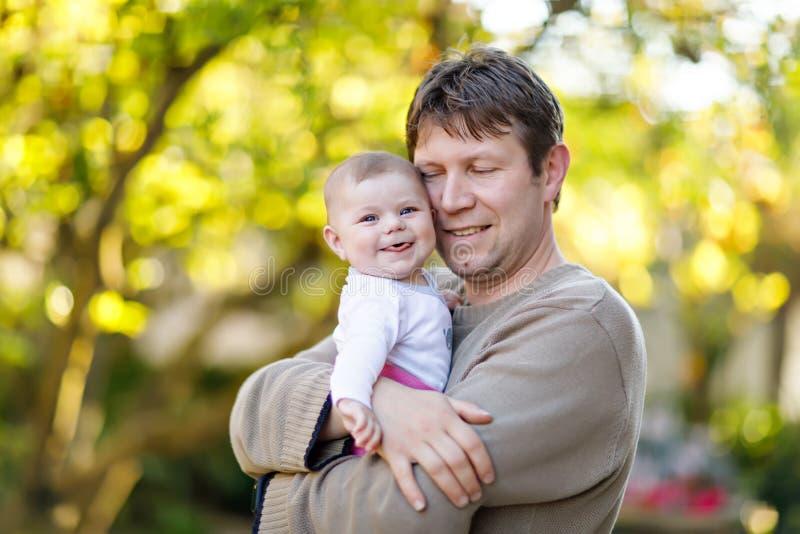 Szcz??liwi dumni potomstwa ojcuj? z nowonarodzon? dziecko c?rk?, rodzinny portret wp?lnie fotografia royalty free