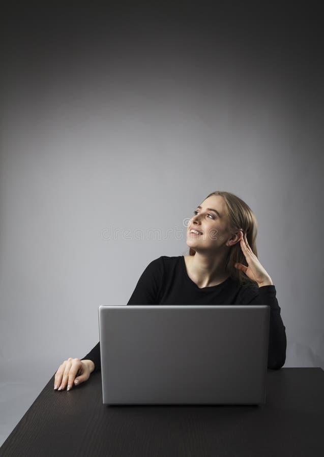 szcz??liwi laptop kobiety potomstwa obrazy stock