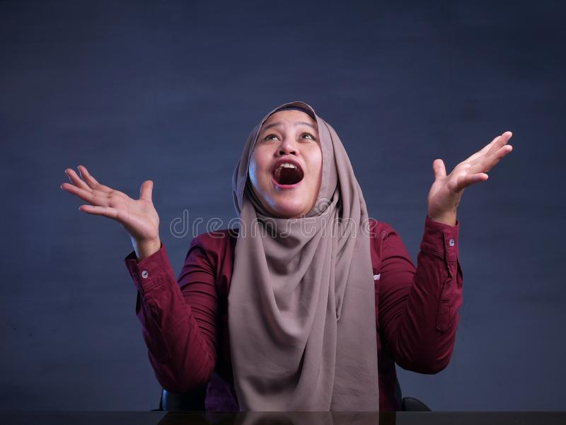 Szcz??liwi Muzu?ma?scy kobiet przedstawienia Wygrywa gesta powitanie Co? obraz stock