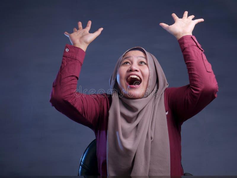 Szcz??liwi Muzu?ma?scy kobiet przedstawienia Wygrywa gesta powitanie Co? obrazy stock