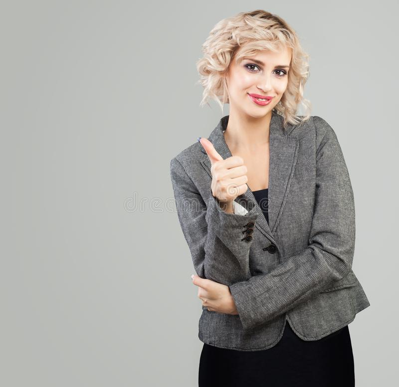 Szcz??liwy bizneswoman pokazuje kciuk up obraz stock