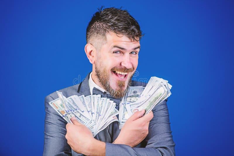Szcz??liwy by? bogaty Bogaty biznesmen z my dolar?w banknoty Waluta makler z plikiem pieni?dze Brodaty m??czyzny mienie obrazy stock