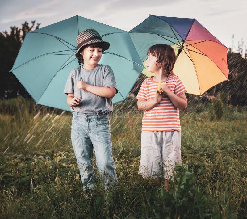 Szcz??liwy brat z parasolem outdoors zdjęcia royalty free