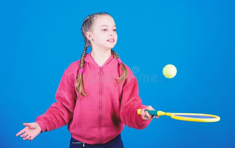 Szcz??liwy dzieci bawi? si? tenis w gym staduim Sport gry sukces Gracz w tenisa z kantem i pi?k? Dzieci?stwo aktywno?? zdjęcie stock