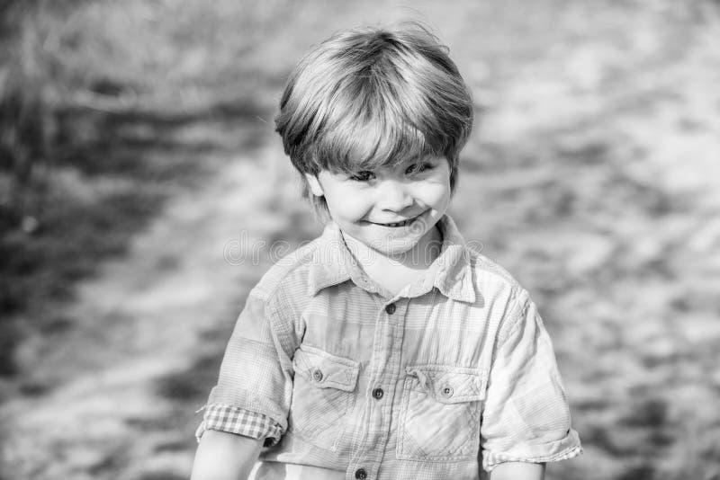 Szcz??liwy dziecko chodzi pogodny plenerowego grodowa cesky dziedzictwa krumlov sezonu wiosna przegl?da? ?wiat Little Boy z u?mie zdjęcie stock