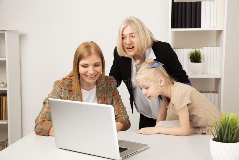 Szcz??liwy dziecko z babci? i macierzystym u?ywa laptopem wp?lnie zdjęcie royalty free