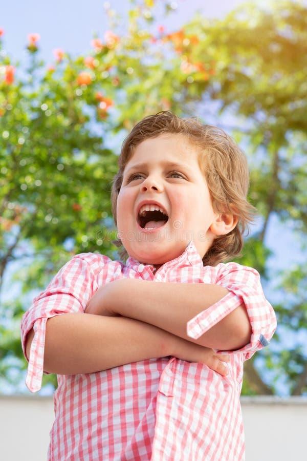 Szcz??liwy dziecko z r??ow? koszula w ogr?dzie obrazy royalty free