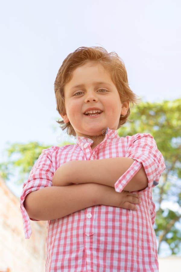 Szcz??liwy dziecko z r??ow? koszula w ogr?dzie zdjęcie stock