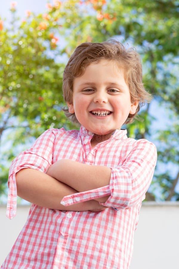 Szcz??liwy dziecko z r??ow? koszula w ogr?dzie zdjęcie royalty free