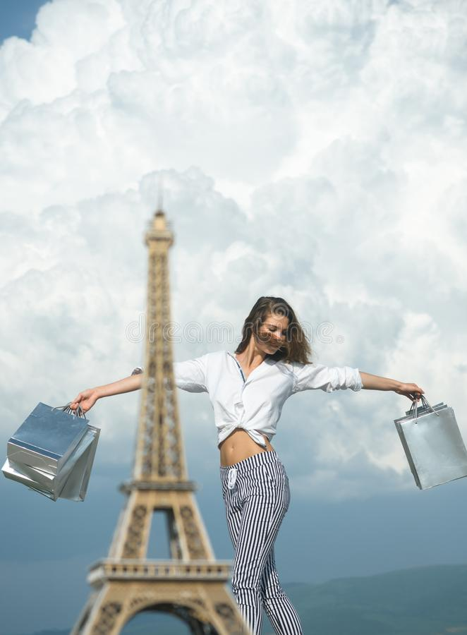 Szcz??liwy kobieta chwyta torba na zakupy sukces na zakupy Sens wolno?? parisian dziewczyny podróż France wie?a eiffla zdjęcia royalty free