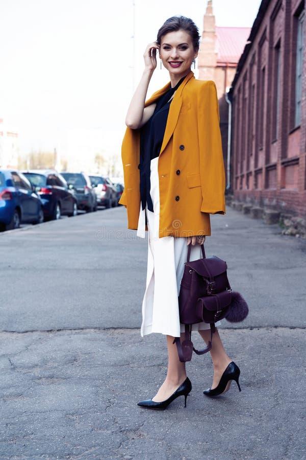 Szcz??liwy m?ody biznesowej kobiety odprowadzenie na ulicie zdjęcie stock