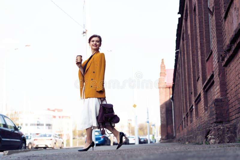 Szcz??liwy m?ody biznesowej kobiety odprowadzenie na ulicie obrazy royalty free