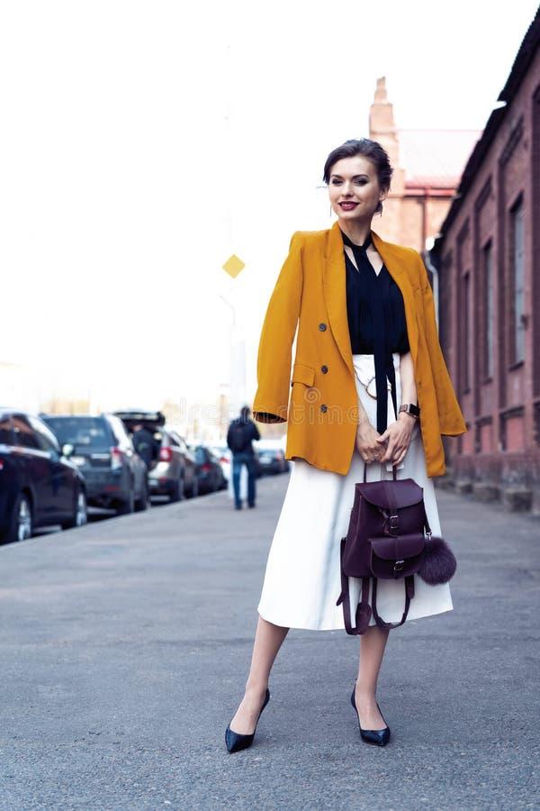Szcz??liwy m?ody biznesowej kobiety odprowadzenie na ulicie obrazy stock