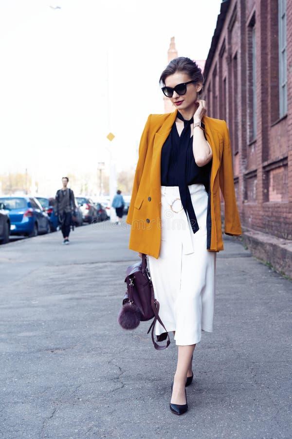 Szcz??liwy m?ody biznesowej kobiety odprowadzenie na ulicie zdjęcia royalty free