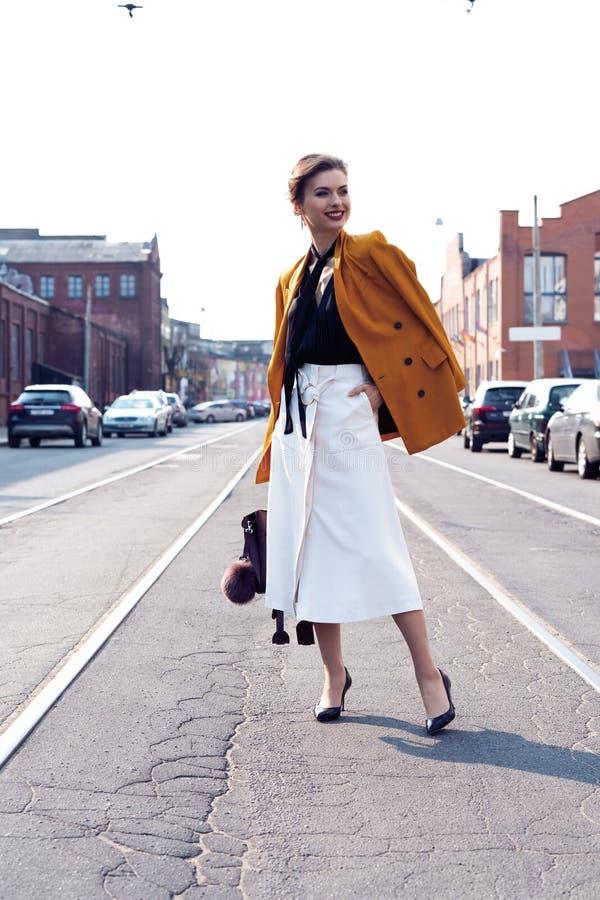 Szcz??liwy m?ody biznesowej kobiety odprowadzenie na ulicie obraz stock