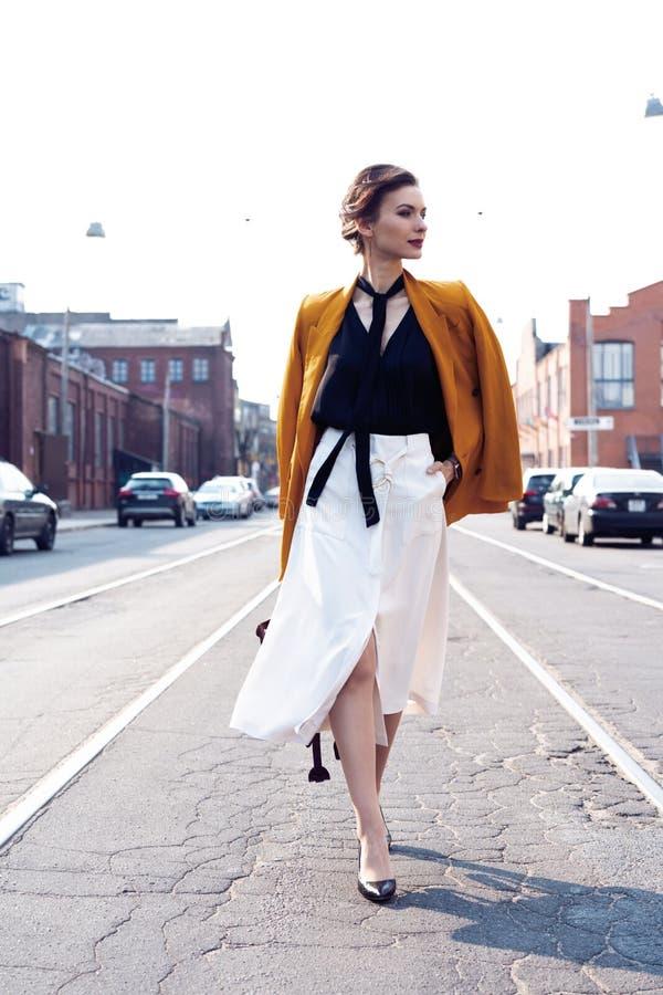 Szcz??liwy m?ody biznesowej kobiety odprowadzenie na ulicie zdjęcie royalty free
