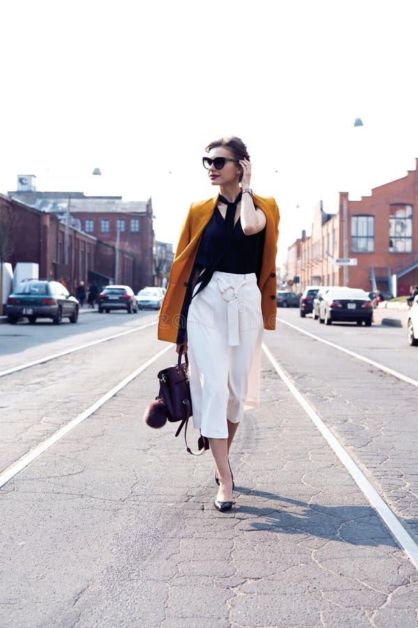 Szcz??liwy m?ody biznesowej kobiety odprowadzenie na ulicie fotografia stock