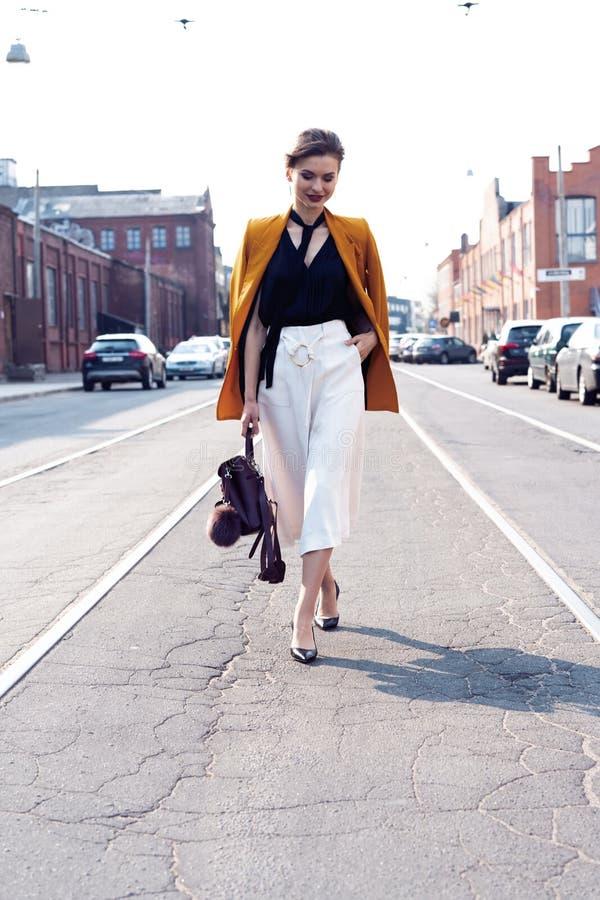 Szcz??liwy m?ody biznesowej kobiety odprowadzenie na ulicie fotografia royalty free