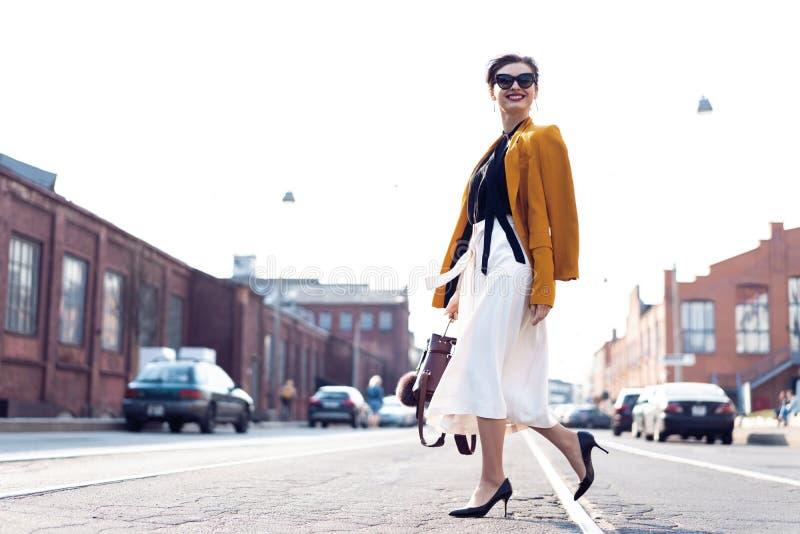 Szcz??liwy m?ody biznesowej kobiety odprowadzenie na ulicie zdjęcia stock