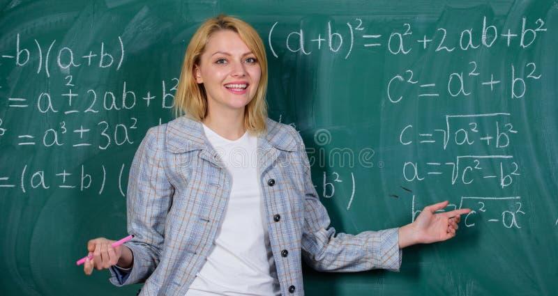 szcz??liwy magisterski nauczyciel na szkolnej lekcji przy blackboard Nauka i edukacja nowoczesnej szko?y Wiedza Dzie? Kobieta wew fotografia stock