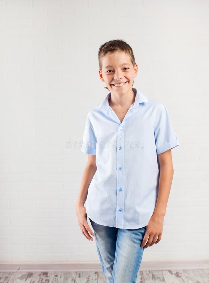 Szcz??liwy nastolatek w?rodku zdjęcie royalty free