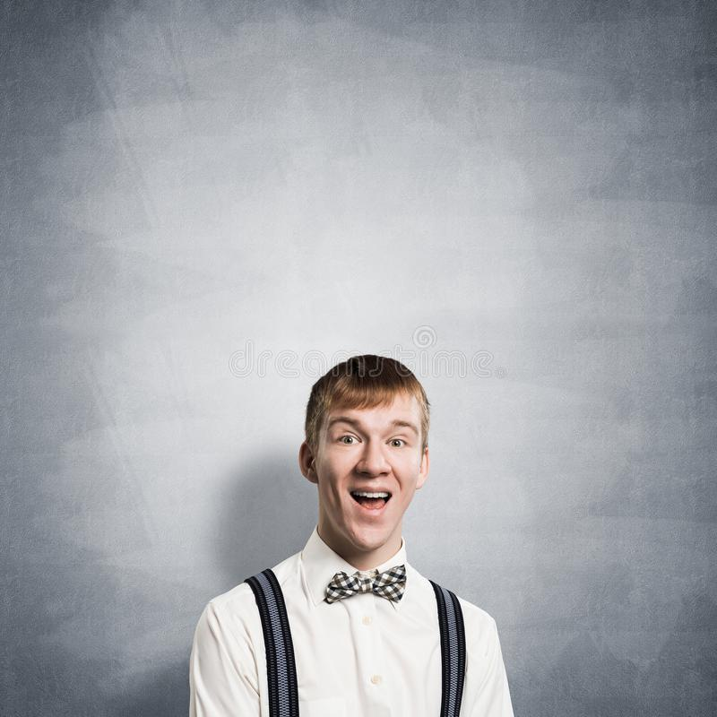 Szcz??liwy nastolatek z usta otwieraj?cym obrazy stock