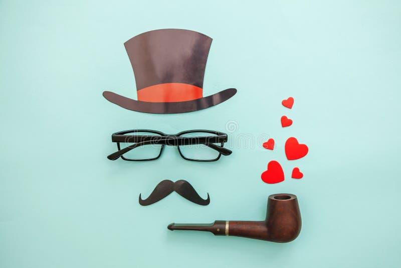 Szcz??liwy ojca dnia poj?cie Znak kapeluszowy w?sy z fajczanych szkie? czerwonym sercem odizolowywaj?cym na pastelowym b??kitnym  obrazy royalty free