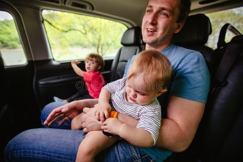 szcz??liwy ojciec i syn siedzi wp?lnie w samochodzie zdjęcia stock