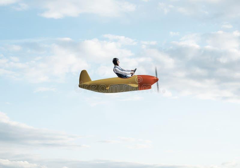 Szcz??liwy pilotowy nap?dowy ma?y ?mig?owy samolot obrazy stock