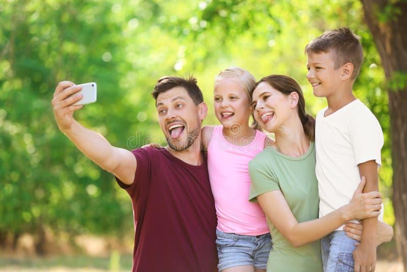 Szcz??liwy rodzinny bierze selfie w parku obrazy royalty free