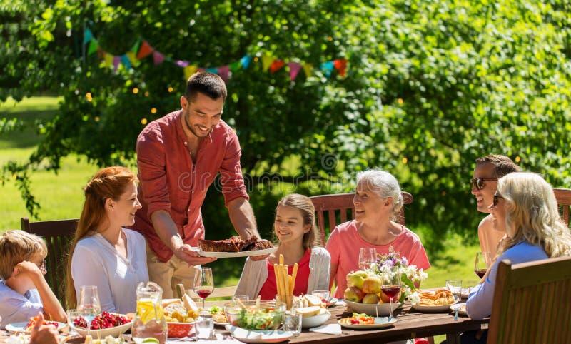 Szcz??liwy rodzinny mie? go?cia restauracji lub lata ogrodowego przyj?cia fotografia stock