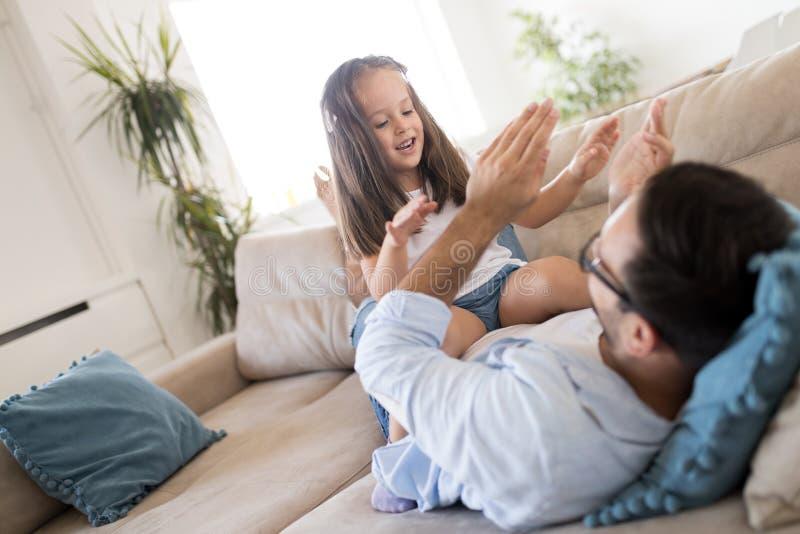 Szcz??liwy rodzinny mie? zabawa czas w domu obraz royalty free
