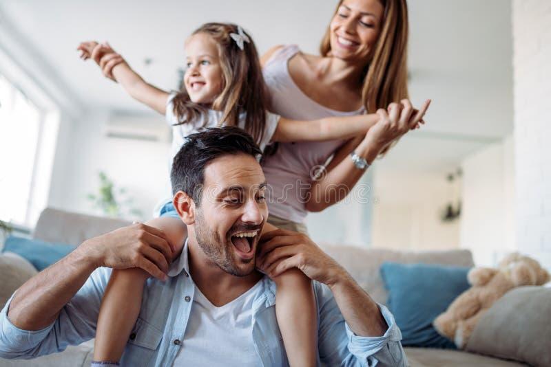 Szcz??liwy rodzinny mie? zabawa czas w domu fotografia stock