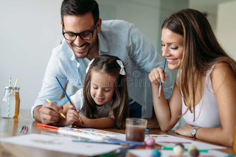 Szcz??liwy rodzinny mie? zabawa czas w domu obrazy royalty free