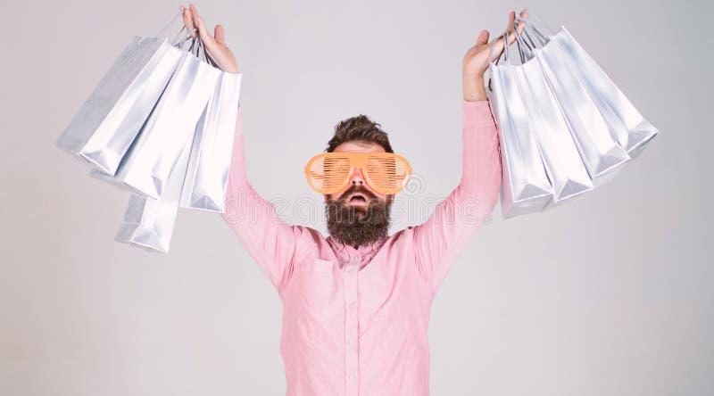 Szcz??liwy zakupy z wi?zek papierowymi torbami Robi? zakupy uzale?nionego konsumenta Dlaczego dostawa? gotowy dla tw?j nast?pnego zdjęcie stock