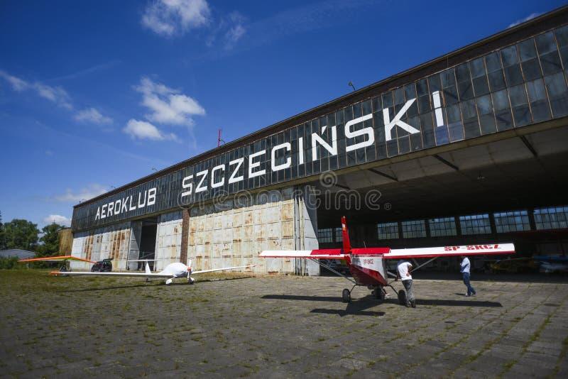 Szczeciński, Polska, Czerwiec 18, 2017: Aiplane hangar w Szczecińskim, Po zdjęcie stock