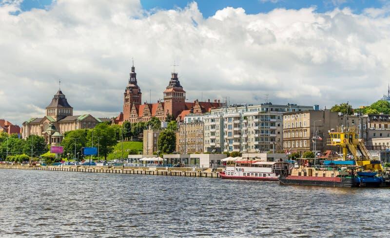 Szczecin - Moedige Schachten en Boulevard Een panorama van de stad van een schip op de rivier wordt gezien die stock afbeelding