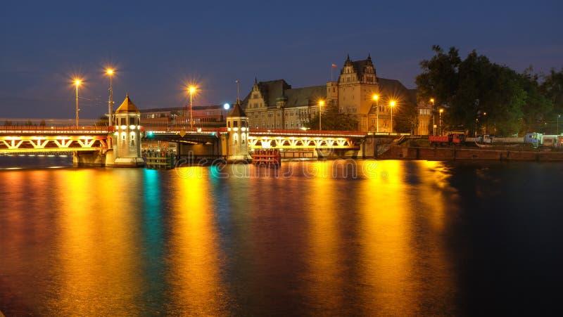 Szczecin opinião da noite da ponte longa histórica sobre o rio de Odra imagens de stock