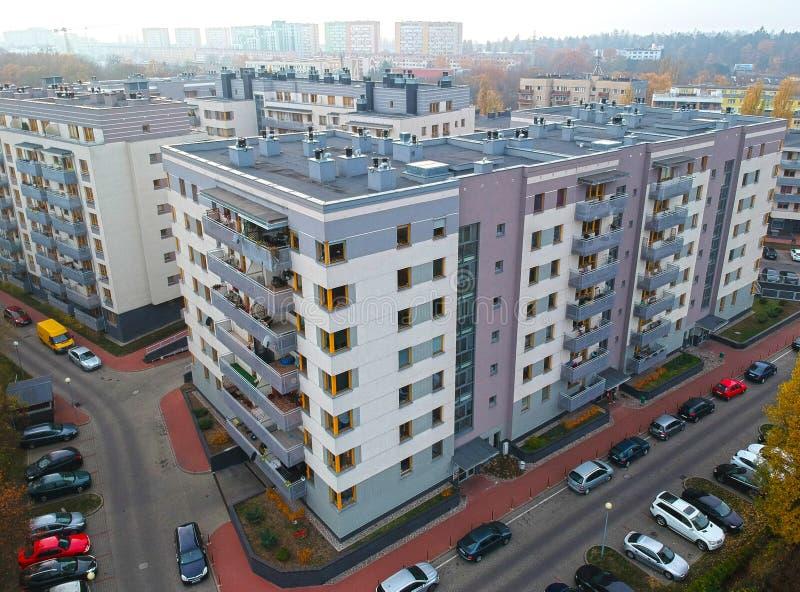 Szczecin, Polônia - 8 de novembro de 2018 - vista aérea em apartamentos modernos no distrito de Pomorzany, área da rua de Powstan fotografia de stock