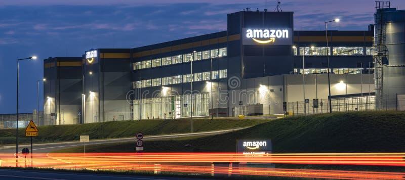 Szczecin, Polônia em agosto de 2018: Centro da logística das Amazonas perto de Szcze foto de stock royalty free