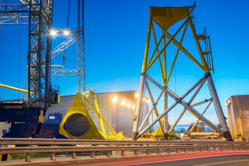 Szczecin, Polônia em novembro de 2017: fábrica de plantas de energias eólicas em fotografia de stock