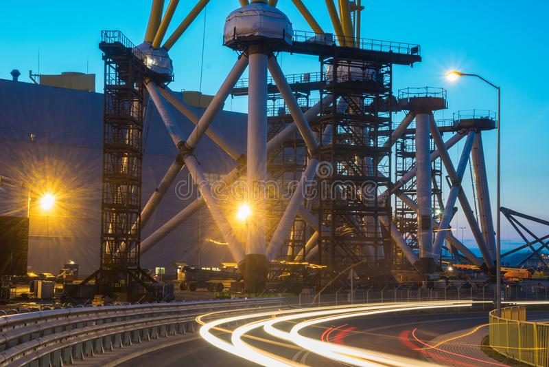 Szczecin, Polônia em novembro de 2017: fábrica de plantas de energias eólicas em fotos de stock
