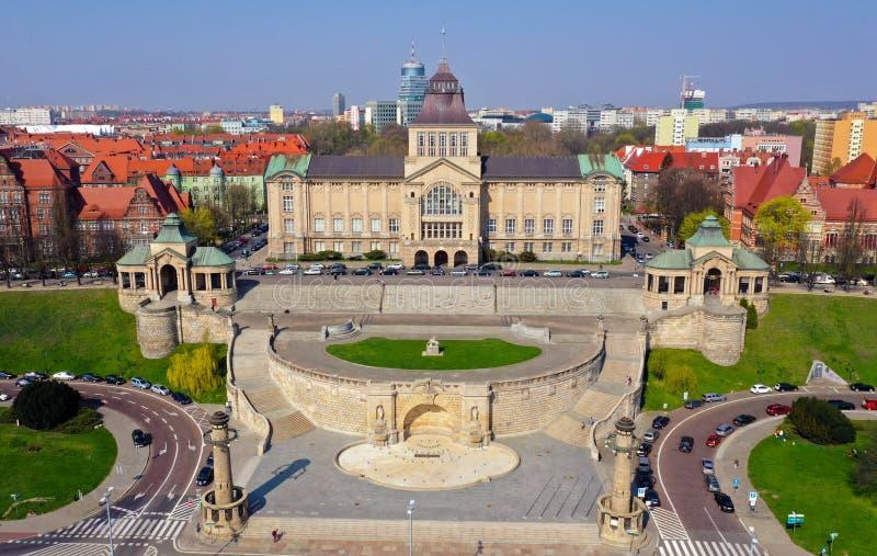 SZCZECIN, POLOGNE - 8 AVRIL 2019 - vue aérienne sur la ville de Szczecin, secteur de Waly Chrobrego Musée National, académie d photos libres de droits